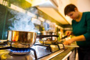Cocina de gas o vitro, ¿con cuál se cocina mejor?
